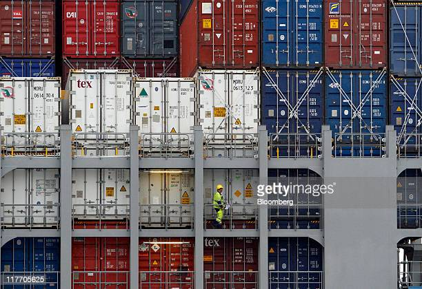 An employee monitors the loading process of the Mitsui OSK Lines ''MOL Maneuver'' container ship at the HHLA Hamburg Container Terminal Altenwerder...