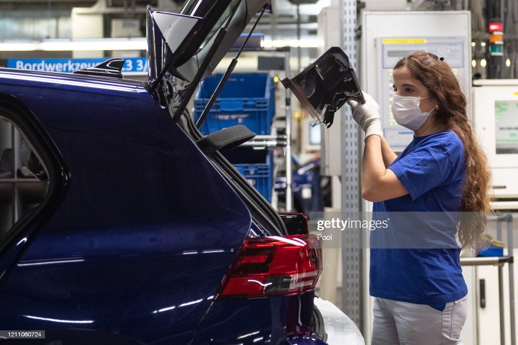 Volkswagen Resumes Automobile Production At Wolfsburg Plant During The Coronavirus Crisis : Nachrichtenfoto
