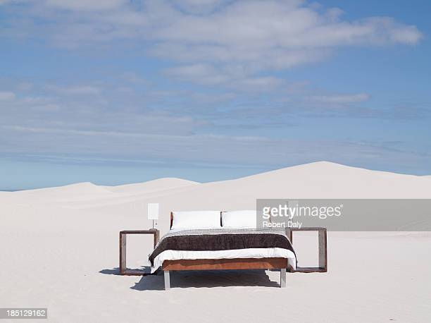 an empty bed in the middle of the desert - grand lit photos et images de collection