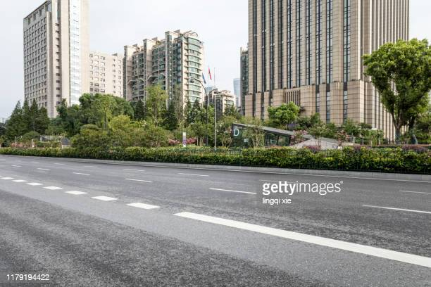 an empty city road in hangzhou, china - nanjing road stockfoto's en -beelden