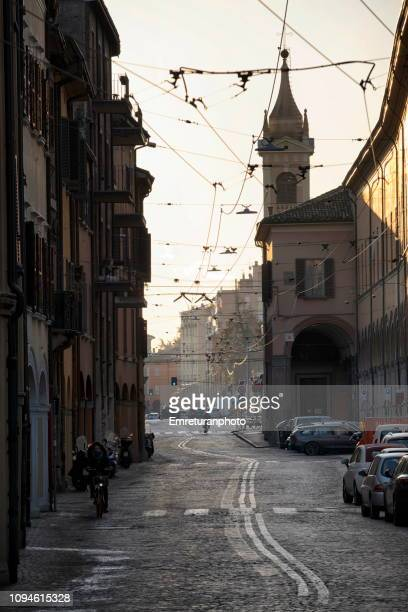 an empty city street early in the morning,bologna. - emreturanphoto stock-fotos und bilder