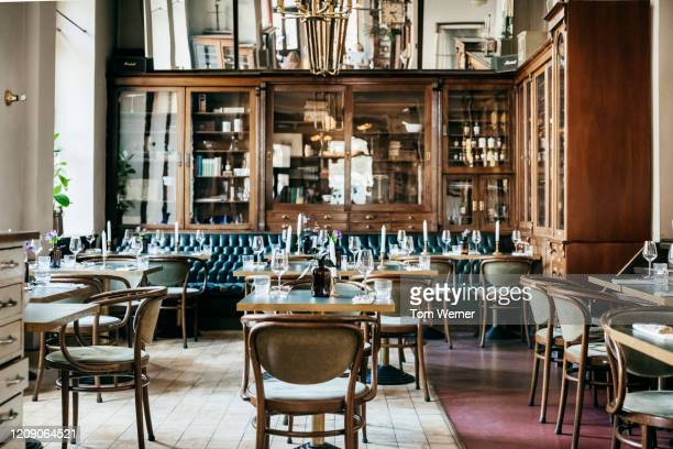 an empty luxurious restaurant - restaurant stockfoto's en -beelden