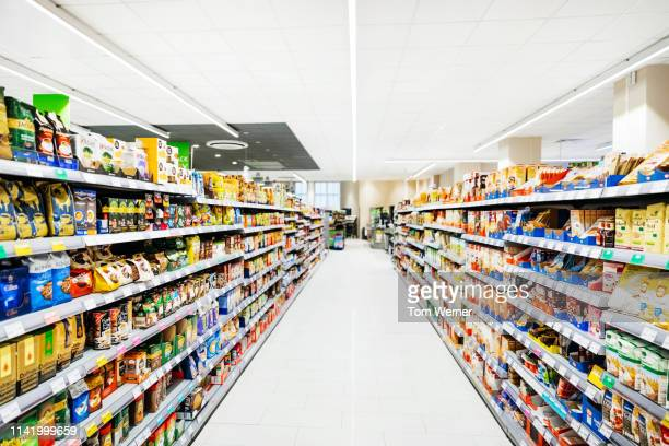 an empty supermarket aisle filled with stock - 収納ラック ストックフォトと画像