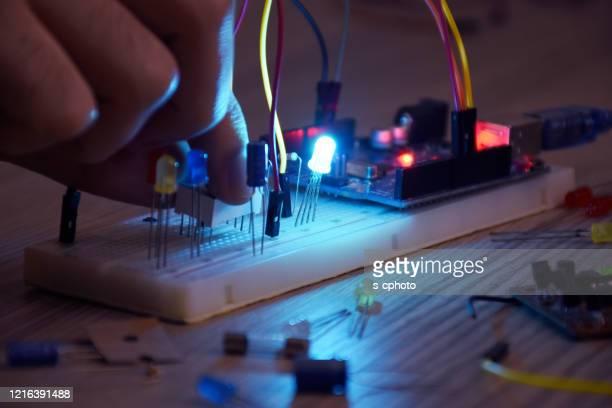 アルドゥイノプロジェクト、ブレッドボード、電子モジュールに取り組むエンジニア - 電子 ストックフォトと画像
