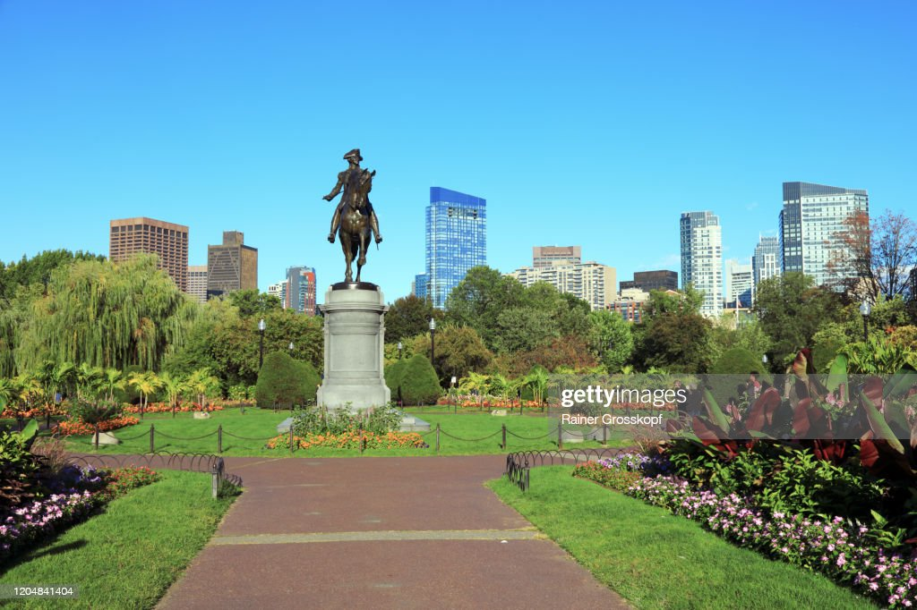 An equestrian statue of George Washington in Boston's Public Garden with coloured flower beds : Stock-Foto