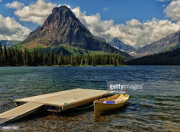 an escape route - two medicine lake montana stock-fotos und bilder