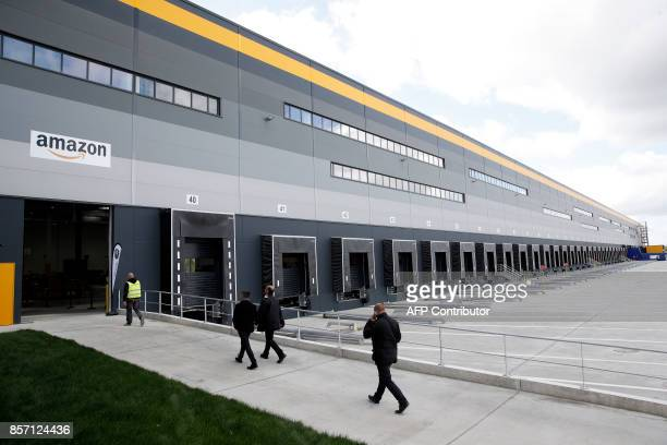 An exterior view of the Amazon factory in Boves near Amiens northern France on October 3 2017 / AFP PHOTO / POOL / Yoan VALAT