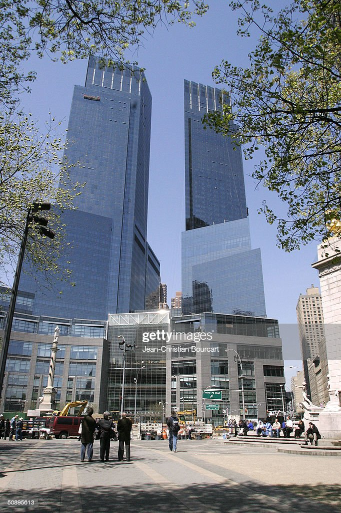 Time Warner Building At Columbus Circle Opens For Business : Foto jornalística