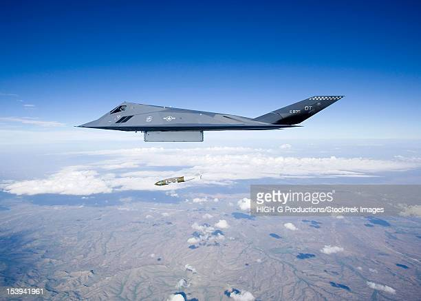 an f-117 nighthawk from the 53d test and evaluation group's detachment 1 releases a gbu-31 jdam during a training sortie near holloman air force base, new mexico. - ataque con bomba fotografías e imágenes de stock