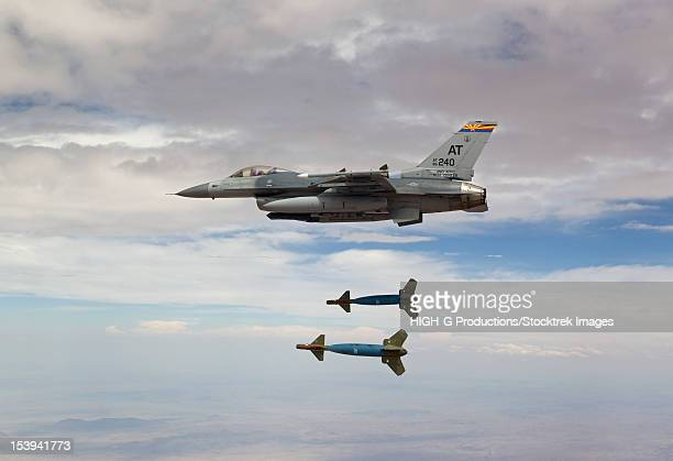 an f-16 fighting falcon from the air national guard air force reserve test center releases two gbu-24 laser guided bombs during a test mission. - ataque con bomba fotografías e imágenes de stock