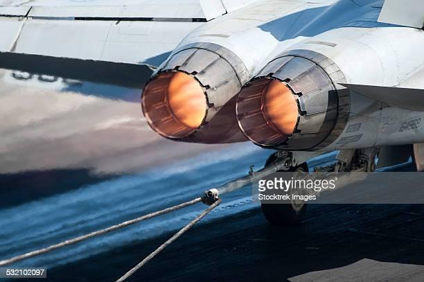 an f/a-18c hornet catches an arresting gear wire. - avion de chasse photos et images de collection