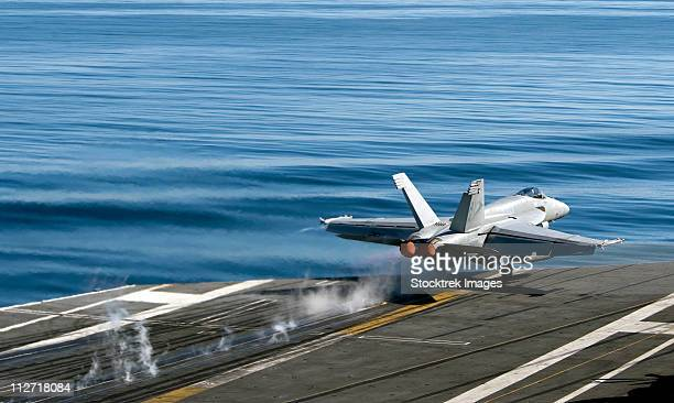 an f/a-18e super hornet launches from the flight deck of uss carl vinson. - ussカールビンソン号 ストックフォトと画像