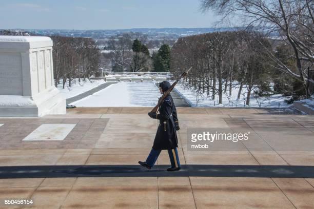 uma marchas de guarda de honra no frio amargo no túmulo do soldado desconhecido - tomb of the unknown soldier arlington - fotografias e filmes do acervo
