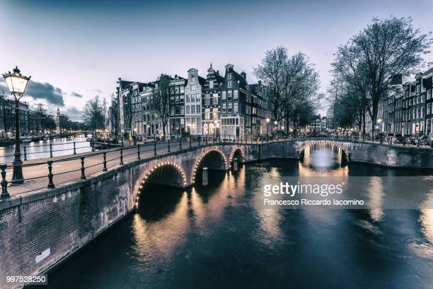 an illuminated bridge in amsterdam, netherlands. - iacomino netherlands foto e immagini stock