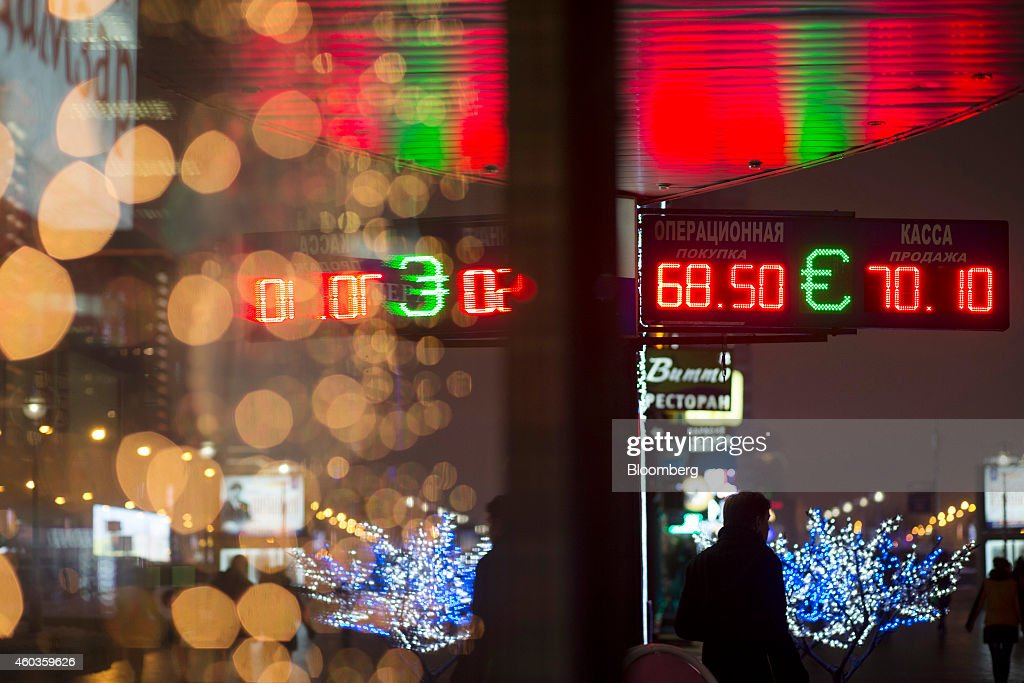 Fotos e imagens de russian ruble tumbles to record low getty images