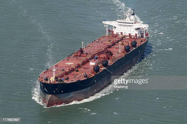 画像の石油タンカーの海