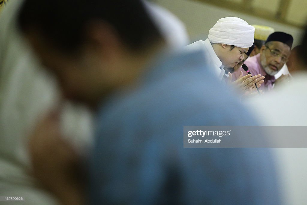 An Imam leads in making a du'a during the night of Layt al