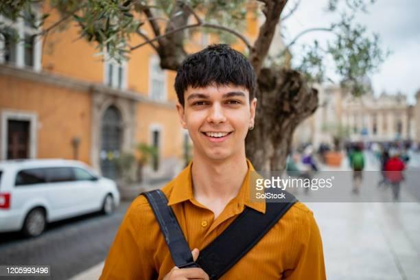 un viaggiatore indipendente - capelli neri foto e immagini stock
