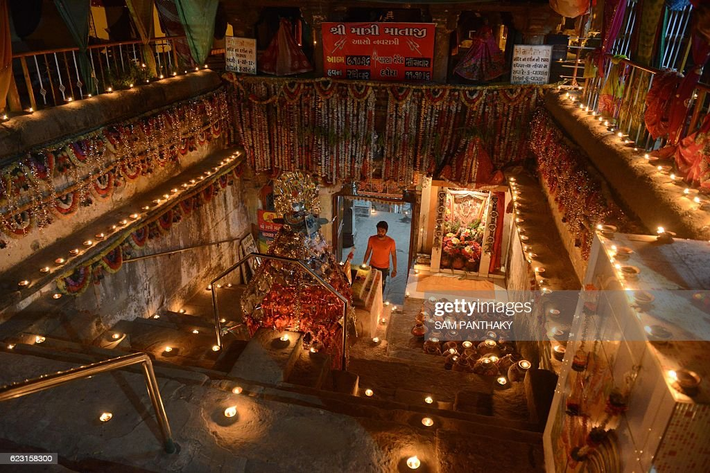 TOPSHOT-INDIA-ECONOMY-CURRENCY-TEMPLE-DEV-DIWALI : News Photo