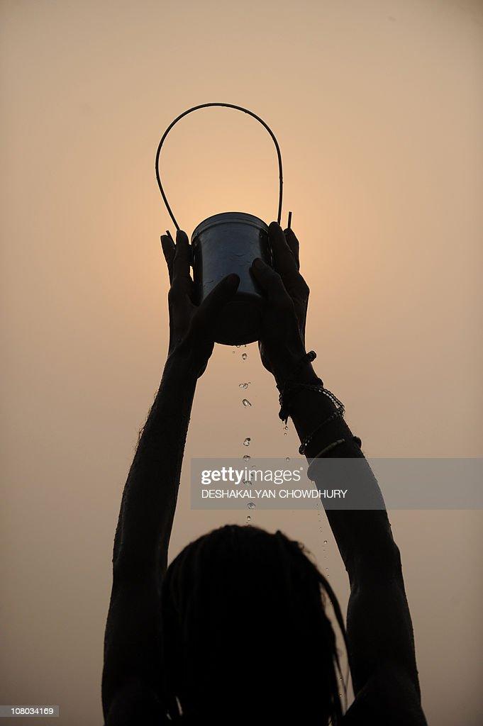 An Indian Hindu pilgrim performs rituals : News Photo
