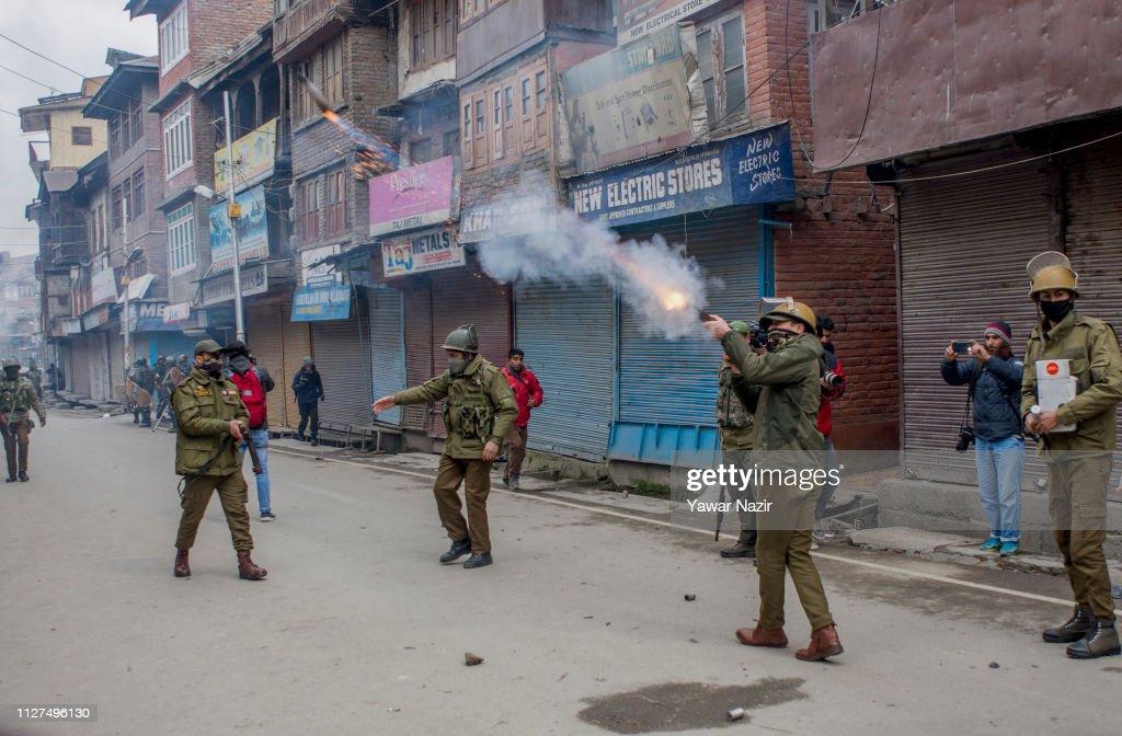 India Raids Residences of Separatist Leaders In Kashmir : News Photo