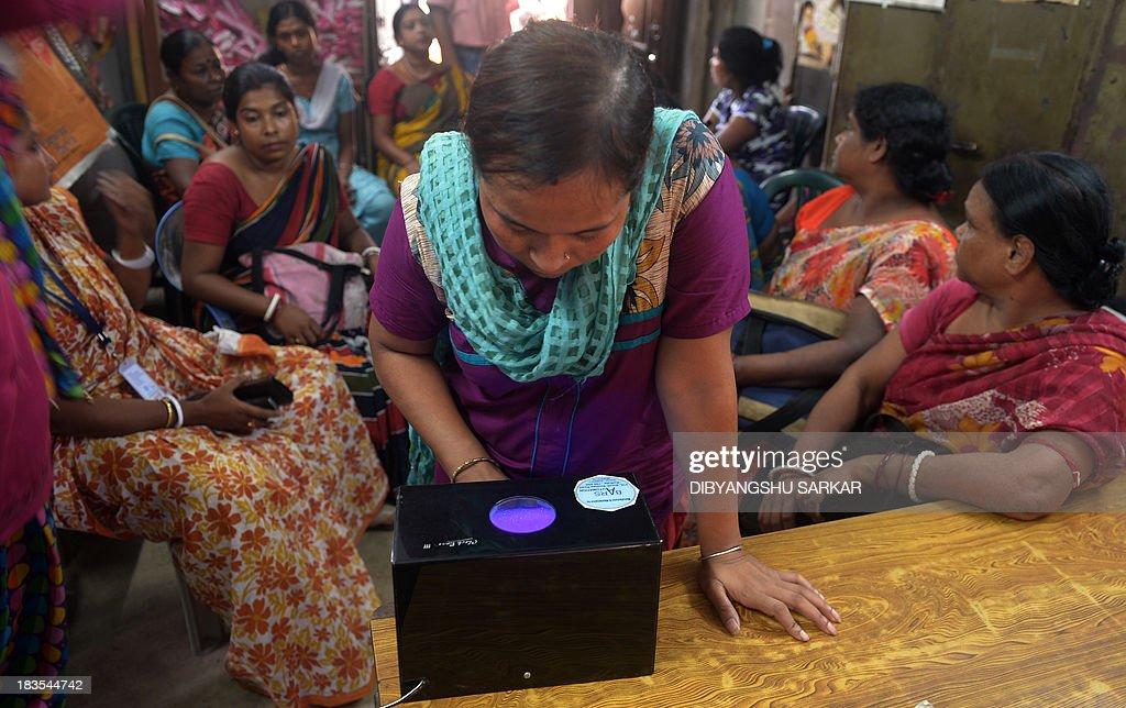 An Indian Sex Worker Checks A 500 Inr Rupee Note As She -5540
