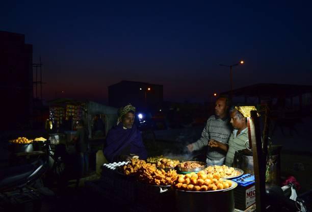 TOPSHOT An Indian vendor sales chicken and fried eggs at Jalandhar on February 6 2018 / AFP PHOTO / Shammi MEHRA