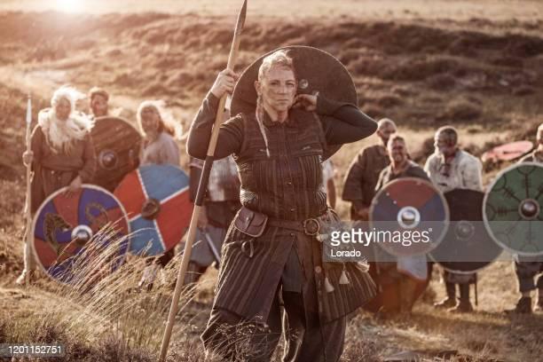 eine einzelne wikinger-kriegerkönigin im freien mit einem wikinger-schatz - wikinger stock-fotos und bilder