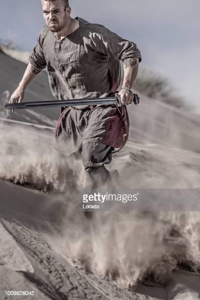 砂浜戦場砂丘上のアクションで個々 のバイキング戦士 - 男らしさ ストックフォトと画像