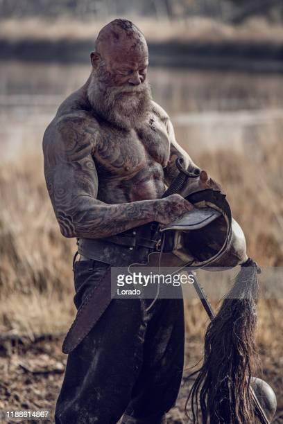 ein individueller wikingerkrieger im freien - combat sport stock-fotos und bilder
