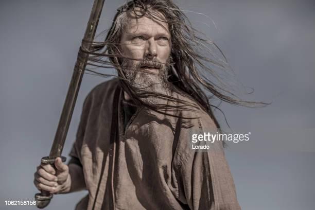 eine individuelle wikinger-krieger - nordeuropäischer abstammung stock-fotos und bilder