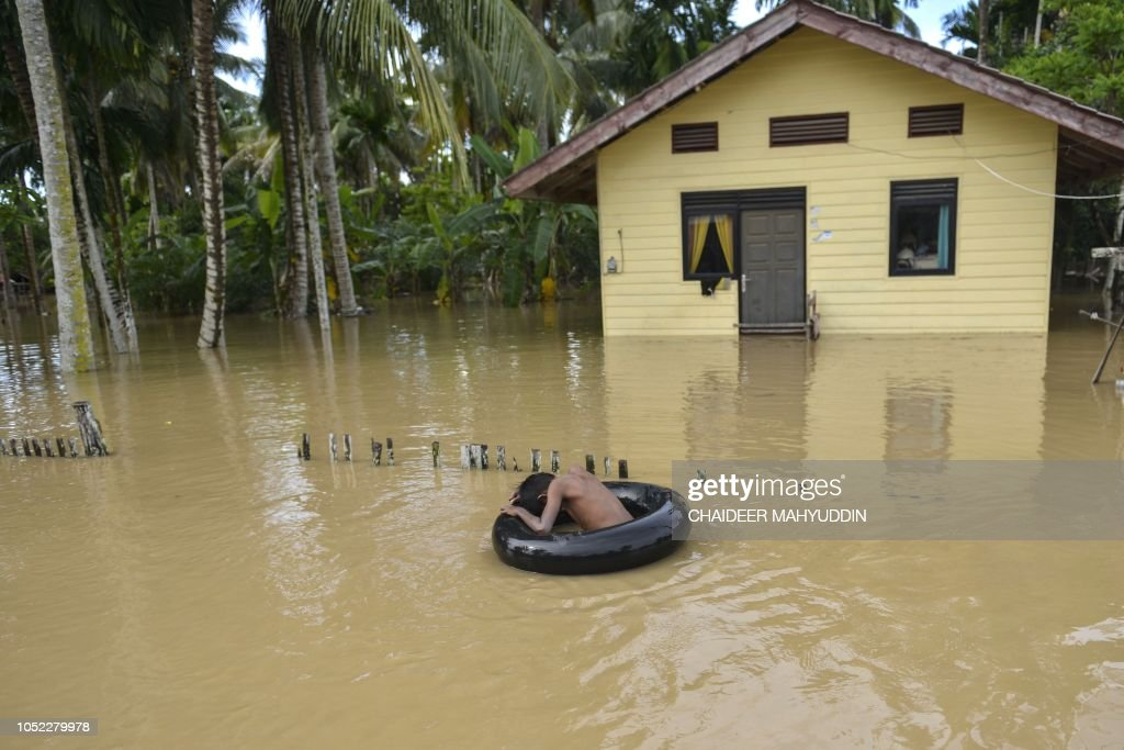 TOPSHOT-INDONESIA-FLOOD-WEATHER : News Photo