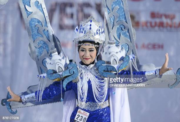 An Indonesian model presents a creation during the Acehnese Fashion Show in Banda Aceh on November 19 2017 / AFP PHOTO / CHAIDEER MAHYUDDIN