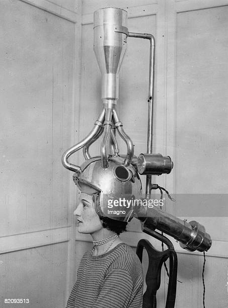 An ingenius method of drying the hair, Practical demonstrations, presented at the annual White City Fair, Photograph, England, Around 1930 [Eine...