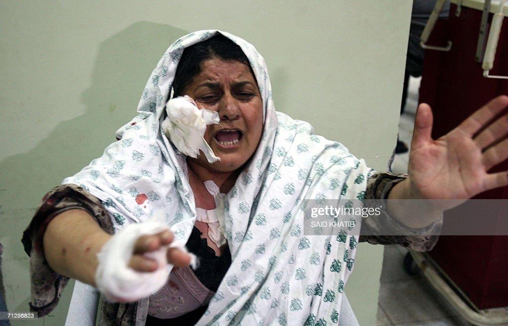 An injured Palestinian woman shouts at t : Fotografía de noticias