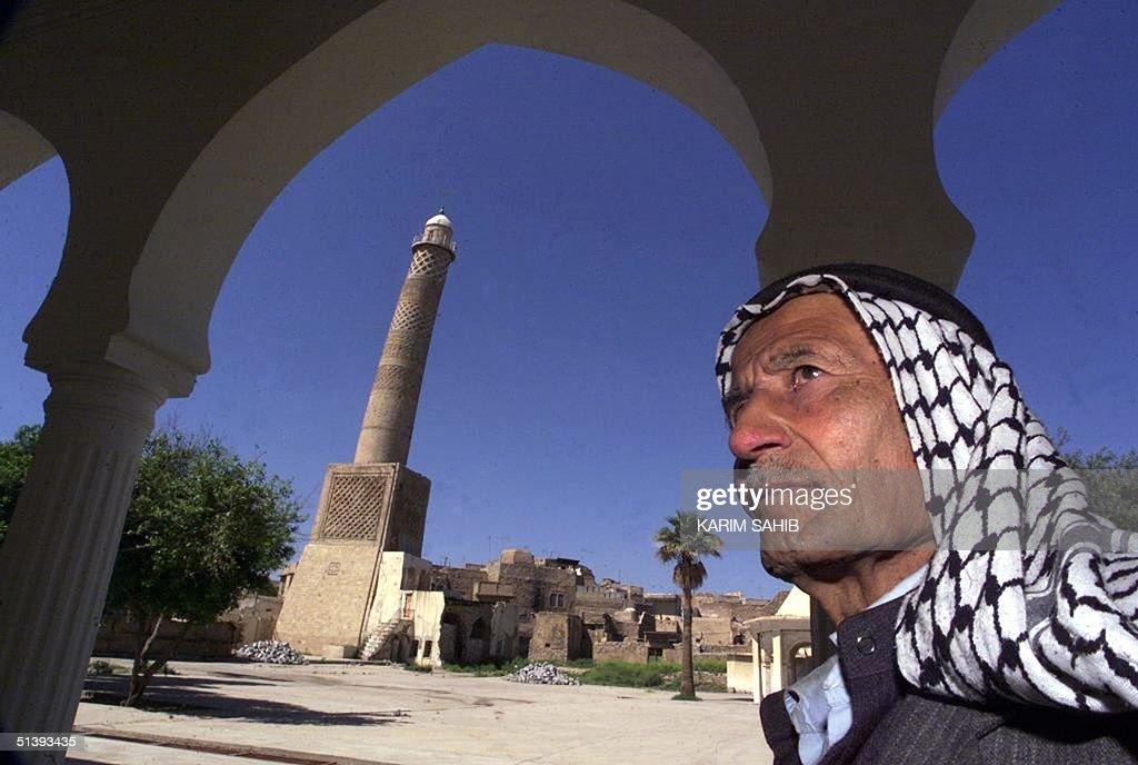 An Iraqi man stands 09 April 2001 in front of al-H : Photo d'actualité