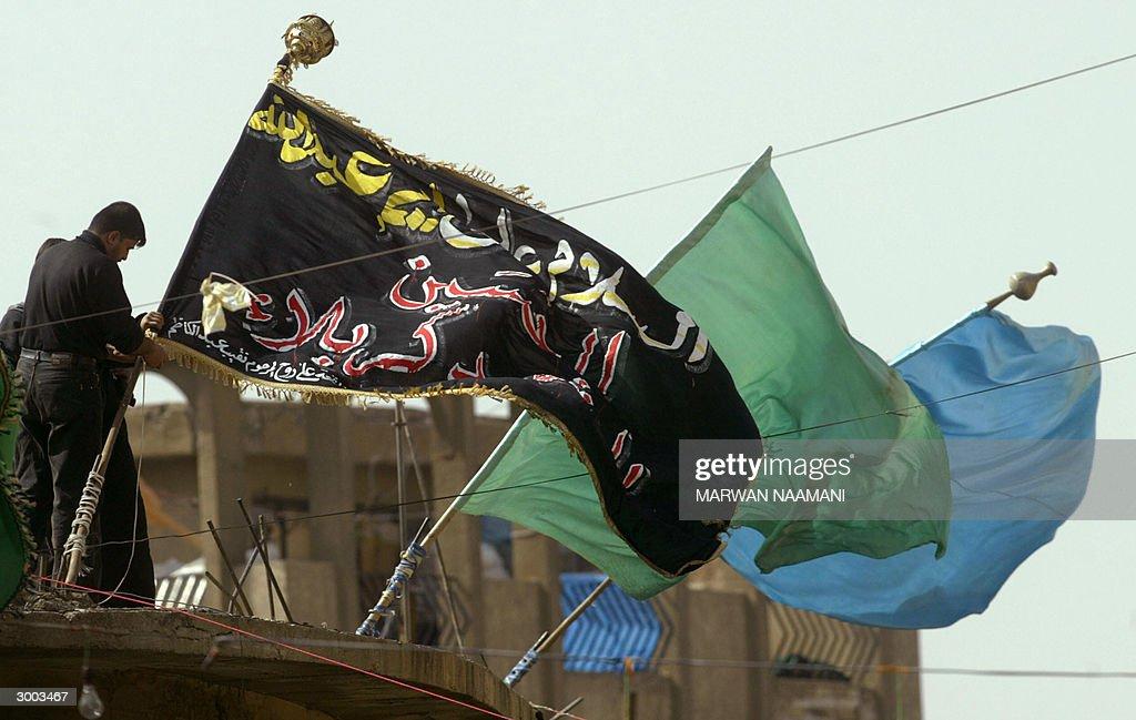 An Iraqi Shiite Muslim fixes a huge blac : News Photo