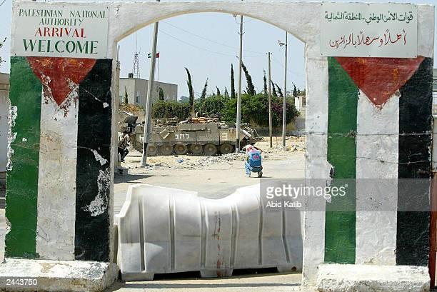 An Israeli tank enters the IsraeliPalestinian Erez checkpoint August 29 2003 in the northern Gaza Strip town of Beit Hanoun Israeli tanks bulldozers...