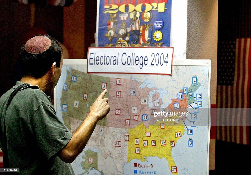 An Israeli-American man looks at an Elec : News Photo