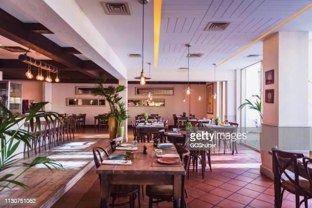 un restaurante italiano configuración interior - ancho fotografías e imágenes de stock