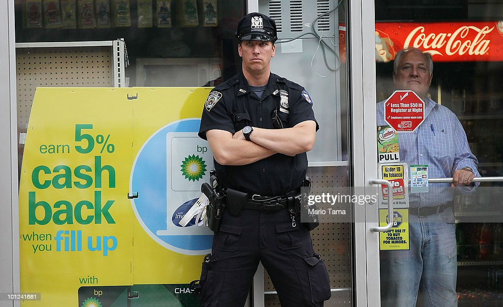 An Nypd Officer Keep Watch At The Entrance Of A Bp Gas Station In News Photo Getty Images