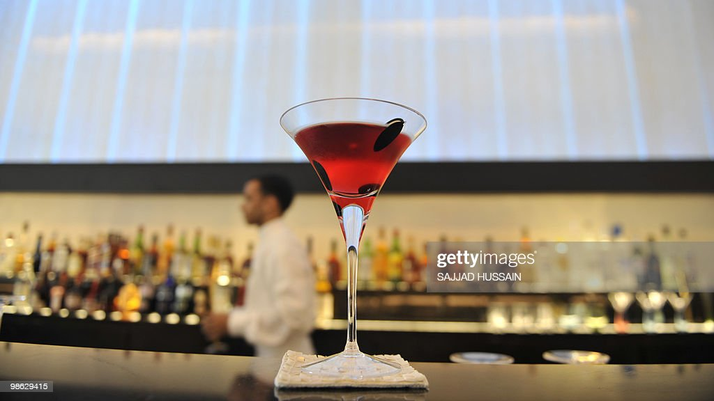 An Oberoi hotel employee prepares a cock : Nieuwsfoto's