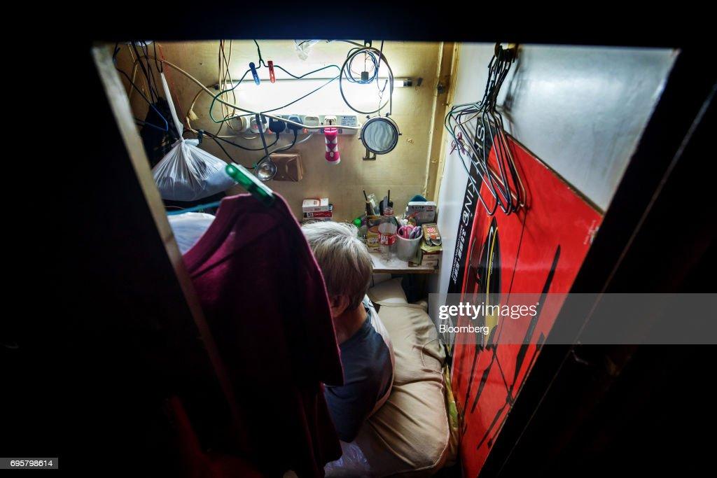 Life Inside A Hong Kong Coffin Home : News Photo