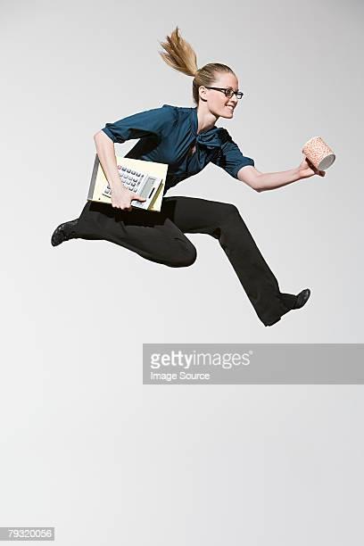 Un employé de bureau à sauter
