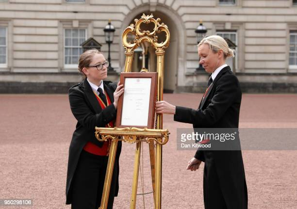 An official notice is placed on an easel in the forecourt of Buckingham Palace following the announcement that the Duchess of Cambridge has given...