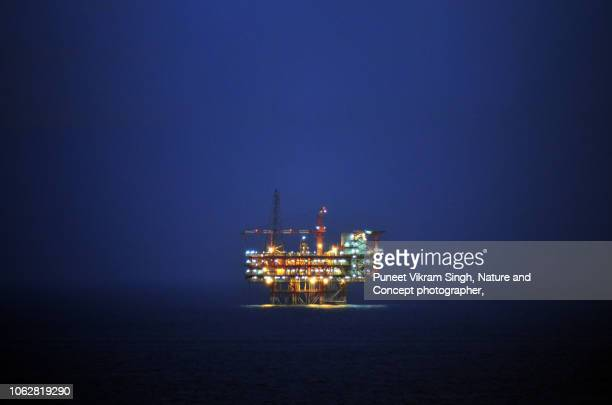 an offshore wellhead cum processing plant in the east coast kg basin during dusk - gas stock pictures, royalty-free photos & images