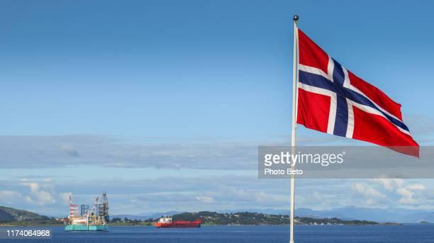 noruega-stavanger-petróleo-plataforma-bandeira norueguesa-sem pessoas - noruega - fotografias e filmes do acervo