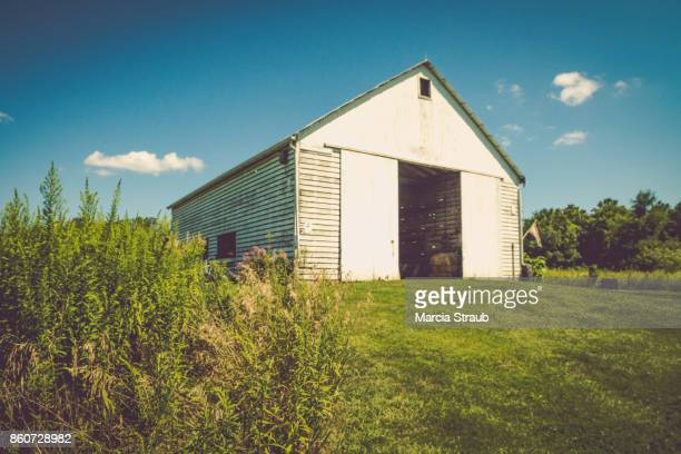 an old barn in the heartland - midwest usa stock pictures, royalty-free photos & images