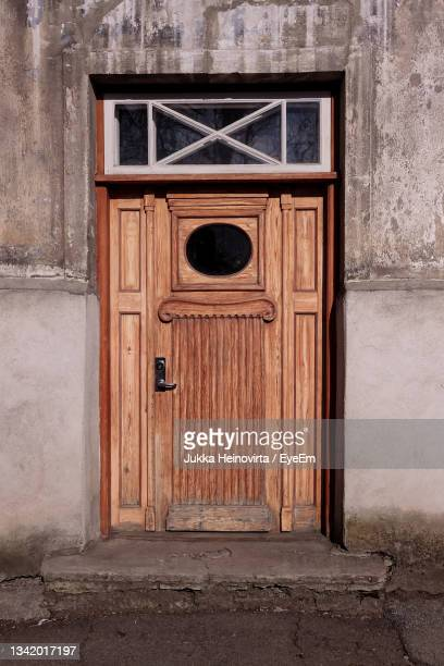 an old door with an oval shaped window at tallinn, estonia. - heinovirta stock pictures, royalty-free photos & images