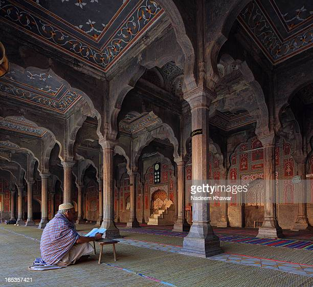 CONTENT] An old man reading Holy Qur'an sited in Chiniot Shahi mosque Pakistan